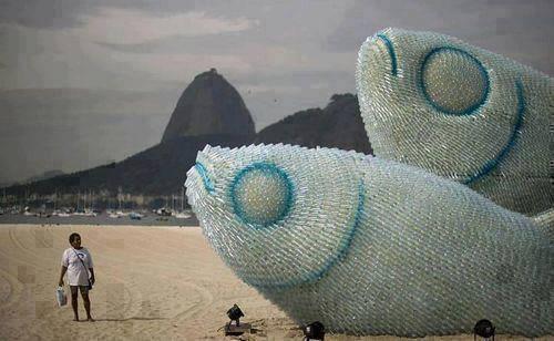sadece-plastik-siselerden-yapilmis-balik-heykeli