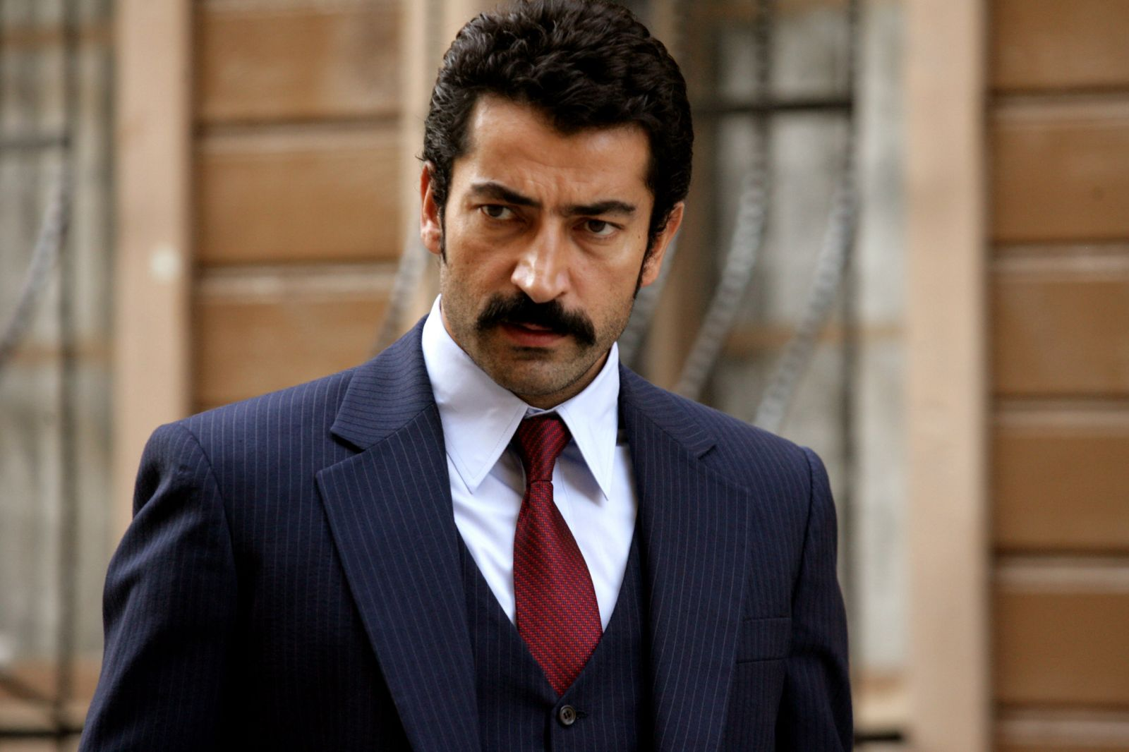 The 42-year old son of father Mustafa İmirzalıoğlu and mother Yıldız İmirzalıoğlu, 193 cm tall Kenan Imirzalioglu in 2017 photo