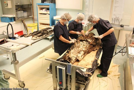 mummy_Rozenn-Colleter-Inrap-maksatbilgi 350 Yıllık,Elbiseli Mumya!