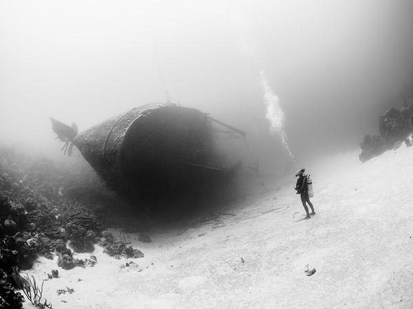 diver-wreck-bonaire_90424_600x450